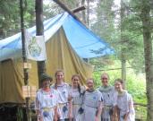 Au camp d'été, devant la tente